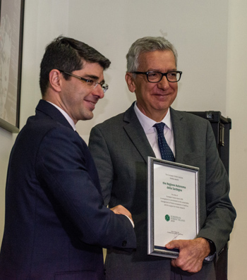 Marc Palahí presented the award to Francesco Pigliaru.